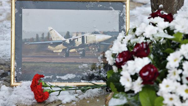 Цветы у памятника авиаторам в центре Липецка в память о подполковнике липецкого авиацентра ВВС России Олеге Пешкове. Архивное фото