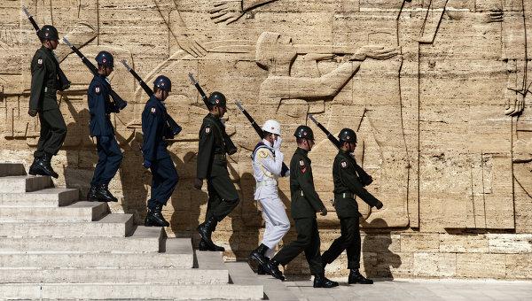 Турецкие солдаты у мавзолея Ататюрка в Анкаре. Архивное фото