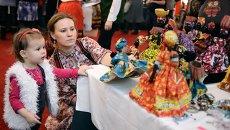 Посетители на ежегодном благотворительном мероприятии Международного Женского клуба IWC Moscow Зимний базар
