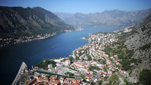 Вид на город Котор и Боко-Которский залив в Черногории. Архивное фото