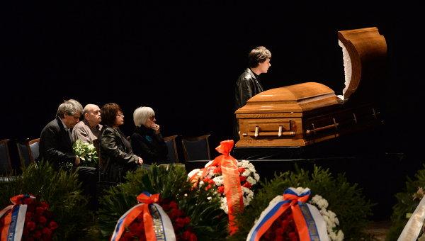 Родственники на церемонии прощания с кинорежиссером Эльдаром Рязановым