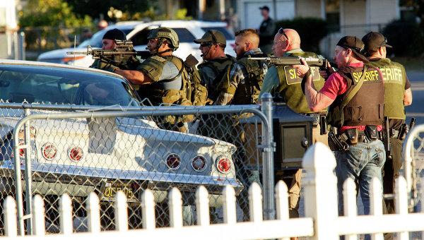 Полиция на месте стрельбы в Сан-Бернадино, Калифорния. Архивное фото