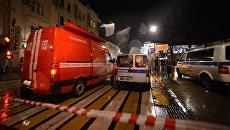Автомобили сотрудников правоохранительных органов и пожарной службы неподалеку от остановки общественного транспорта на улице Покровка в Москве, где произошел взрыв неизвестного взрывного устройства