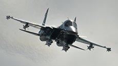 Самолет Су-34 во время выступления в последний день работы Международного авиационного-космического салона МАКС-2015 в подмосковном Жуковском