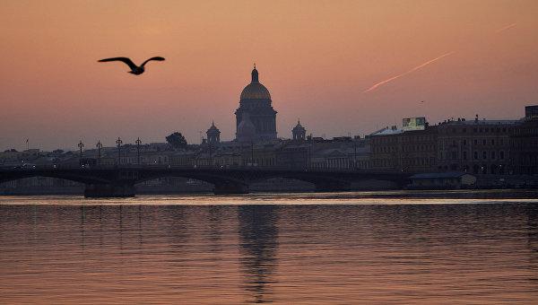 Вид на Благовещенский мост и Исаакиевский собор в Санкт-Петербурге. Архивное фото