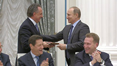 Путин поздравил Мутко с днем рождения и вручил ему англо-русский разговорник