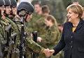 Канцлер Германии Ангела Меркель во время визита в военный медицинский центр в Леере, Германия