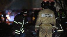 Сотрудники пожарной службы МЧС России тушат пожар. Архивное фото
