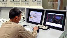 Сотрудник Белоярской атомной электростанции во время процедуры запуска четвертого энергоблока