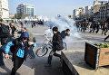 Полиция разгоняет демонстрантов во время акции протеста против комендантского часа в городе Диярбакыр