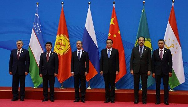 Премьер-министр РФ Д.Медведев на церемонии совместного фотографирования с главами правительств государств - членов Шанхайской организации сотрудничества (ШОС) в Чжэнчжоу, КНР. Архивное фото