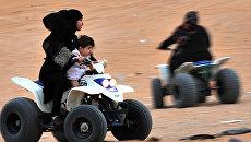 Девушка водит квадроцикл в Саудовской Аравии