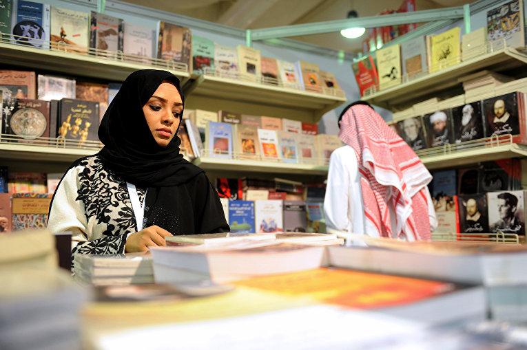 Женщина из Саудовской Аравии на Международной книжной ярмарке в Джидде