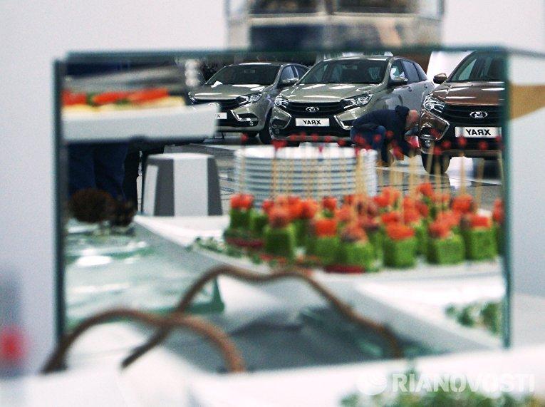 Автомобили новой модели АвтоВАЗа LADA X-Ray на торжественной церемонии запуска производства в Самаре.