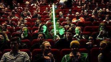 Зрители на  премьере фильма Звездные войны: Пробуждение силы в Хельсинки