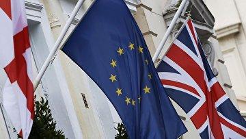 Флаги Евросоюза и Великобритании на отеле в Лондоне