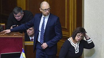 Премьер-министр Украины Арсений Яценюк и министр финансов Наталья Яресько на заседании Верховной Рады Украины. 17 декабря 2015