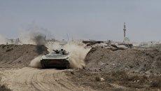 Военнослужащие Сирийской арабской армии (САА) на территории взятого под контроль военного аэродрома Мардж аль-Султан на юго-востоке Дамаска. Архивное фото