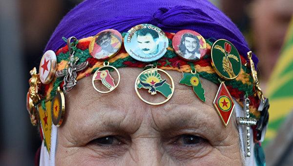 Участница акции протеста против операции Турции против боевиков Рабочей партии Курдистана (РПК)