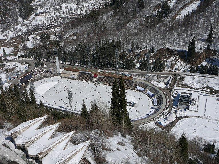 Вид на стадион Медео из кабины новой гондольной канатной дороги