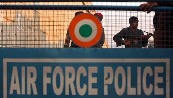 Сотрудники индийской службы безопасности на авиабазе в Патханкоте в штате Пенджаб, 2 января 2016