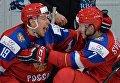 Игроки сборной России Радель Фазлеев (слева) и Евгений Свечников радуются победе в полуфинальном матче молодежного чемпионата мира по хоккею