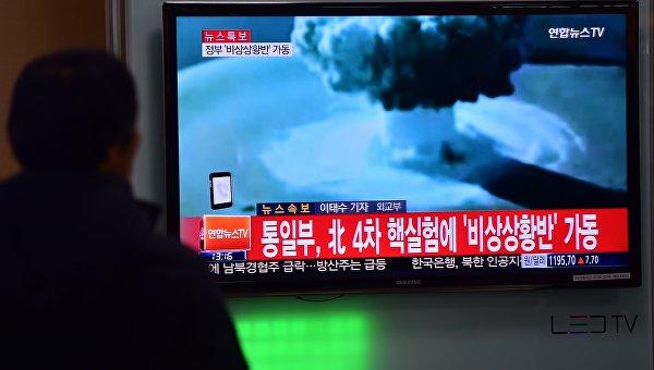 Люди в Сеуле смотрят сообщение об испытании водородной бомбы в КНДР. Архивное фото