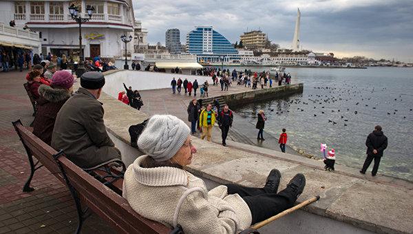 Местные жители отдыхают на набережной в Севастополе. Крым. Россия. Архивное фото