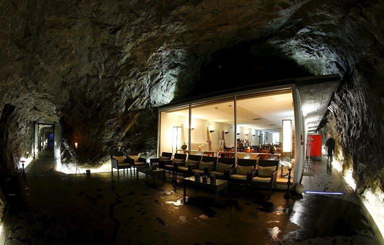 Ресторан отеля La Claustra в бывшем армейском бункере на перевале Сен-Готард, Швейцария