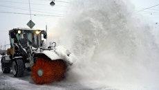 Уборка снега на Суворовской площади в Санкт-Петербурге. Архивное фото