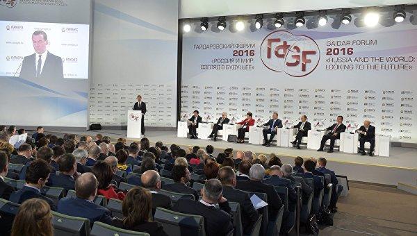 Председатель правительства РФ Дмитрий Медведев выступает на пленарном заседании Гайдаровского форума