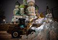 Уборка снега на Красной площади в Москве