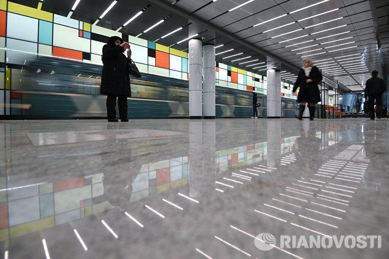 Пассажиры на открывшейся станции Румянцево Сокольнической линии Московского метрополитена