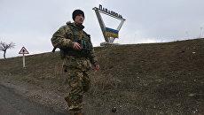 Украинский военный патрулирует окрестности села Павлополь. Архивное фото