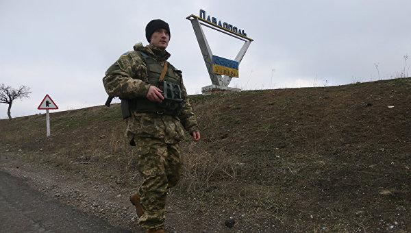 Украинский военный патрулирует окрестности села Павлополь в Донецкой области. Архивное фото