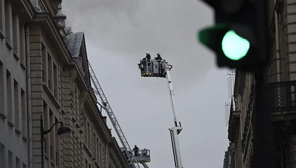 Пожарные у отеля Ritz на Вандомской площади в Париже, Франция
