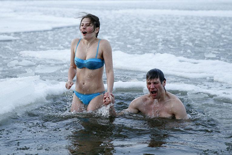 Крещенские купания на реке Днепр в Киеве