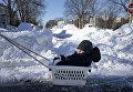 Ребенка везут в корзине для белья. Вашингтон, январь 2016