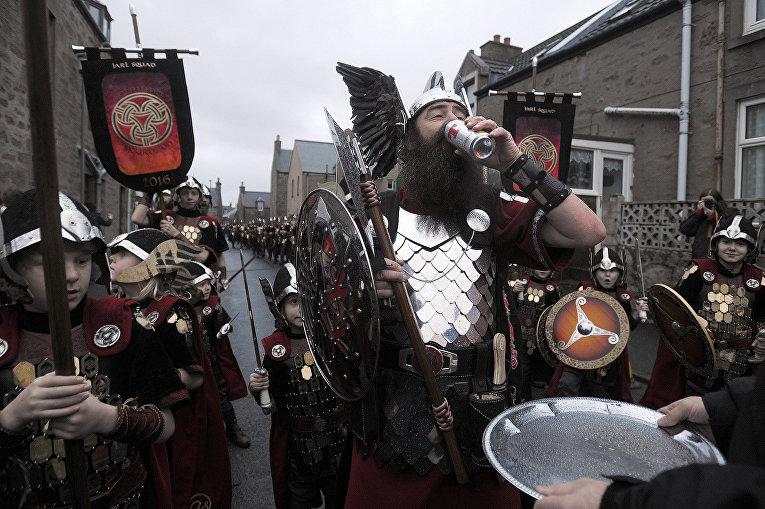 Участники ежегодного фестиваля викингов. Шетландские острова, январь 2016
