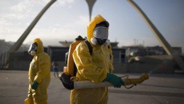 Медработники распыляет инсектициды для борьбы с комарами, переносящими вирус Зика, в Рио-де-Жанейро, Бразилия. Архивное фото
