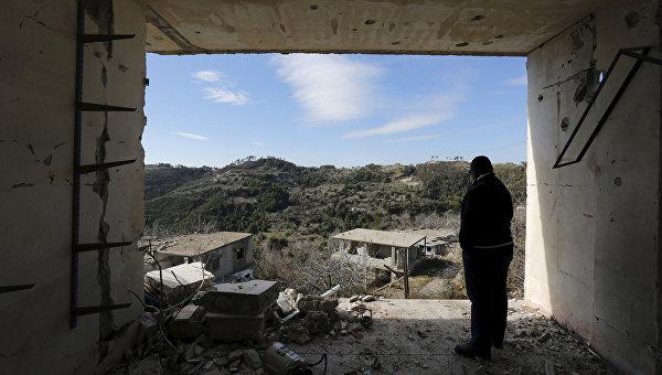 Человек внутри разрушенного здания в городе Рабия. Январь 2016