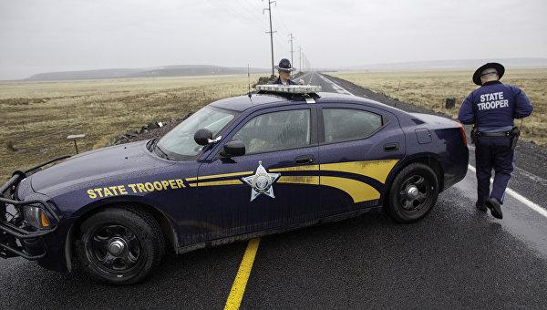 Полицейские блокируют дорогу неподалеку от захваченного фермерами административного здания в заповеднике штата Орегон, США. 28 января 2016