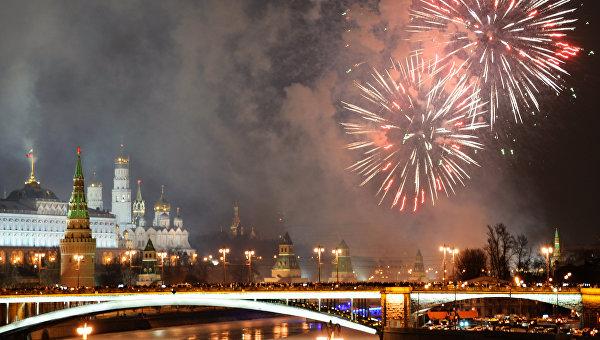 Праздничный фейерверк в Москве в новогоднюю ночь. Архивное фото