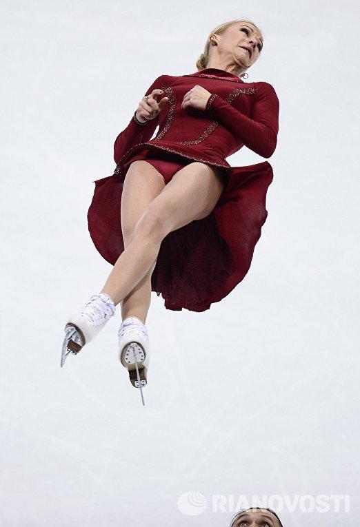 Татьяна Волосожар и Максим Траньков (Россия) выступают в произвольной программе парного катания на чемпионате Европы по фигурному катанию в Братиславе