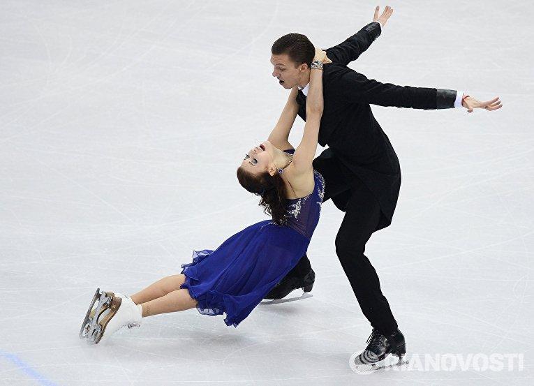 Екатерина Боброва и Дмитрий Соловьев (Россия) выступают в короткой программе танцев на льду на чемпионате Европы по фигурному катанию в Братиславе