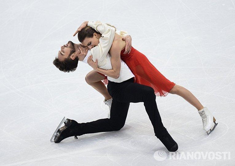Габриэлла Пападакис и Гийом Сизерон (Франция) выступают в короткой программе танцев на льду на чемпионате Европы