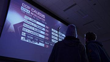 Люди смотрят результаты первичного голосования в Айове. Архивное фото