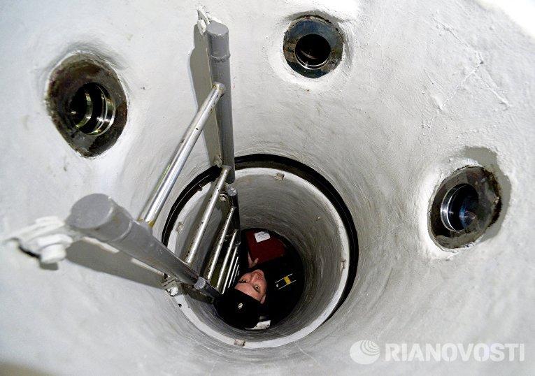 Член экипажа глубоководного аппарата АС-40 Бестер-1 спускается в отсек управления
