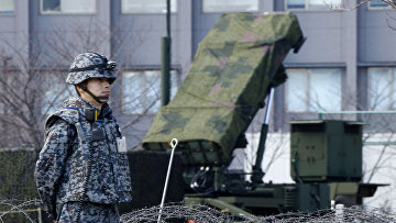 Военный Японии возле зенитно-ракетного комплекса Patrio. Архивное фото
