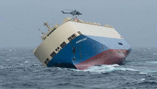 Дрейфующее грузовое судно Modern Express у берегов Франции